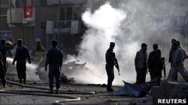 阿富汗喀布爾市內警察緊張查看爆炸現場(19/8/2011)