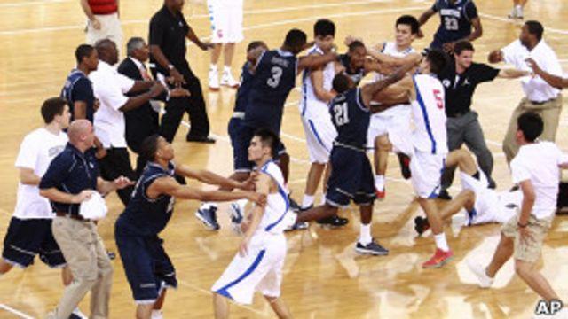 八一籃球隊與美國喬治城大學隊球員扭打(18/8/2011)