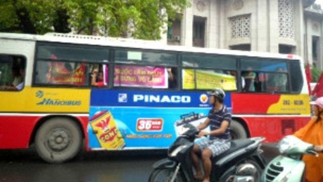 Xe buýt chở người biểu tình (ảnh từ blog của TS Nguyễn Xuân Diện)