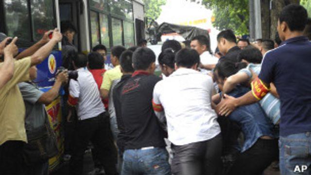 Người biểu tình bị đưa lên xe bus hôm 21/8/2011