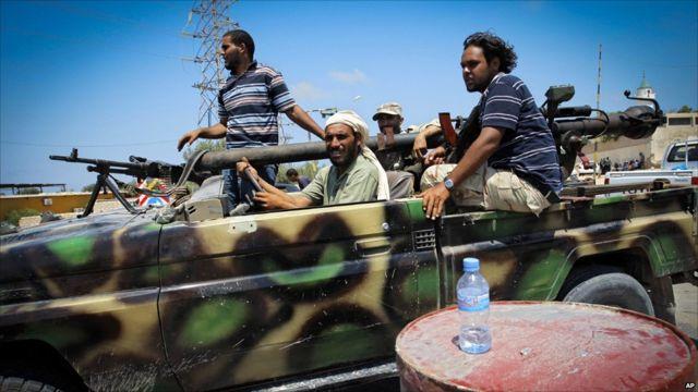 Inyeshyamba zivuga ko bamwe mu barwanyi bazo binjiye i Tripoli banyuze mu nyanja bavuye i Misrata hanyuma barwana n'ingabo za Gaddafi muri uwo mujyi.