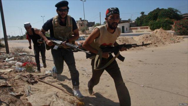 Inyeshyamba zigeze i Maya kuri km 35 uvuye i Tripoli zamishijweho amasasu y'urufaya n'ingabo za Gaddafi.