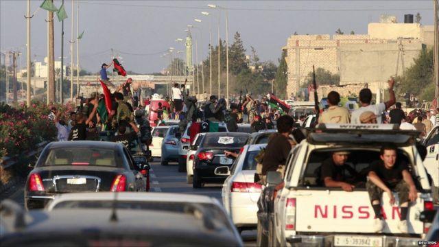 Inyeshyamba zabanje gukozanyaho n'ingabo za Kaddafi igihe zinjiraga i Tripoli ariko abaturage bazakiranye ibyishimo.