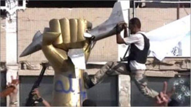 在奪取卡扎菲大本營之後,利比亞反對派武裝在大本營內搗毀雕塑