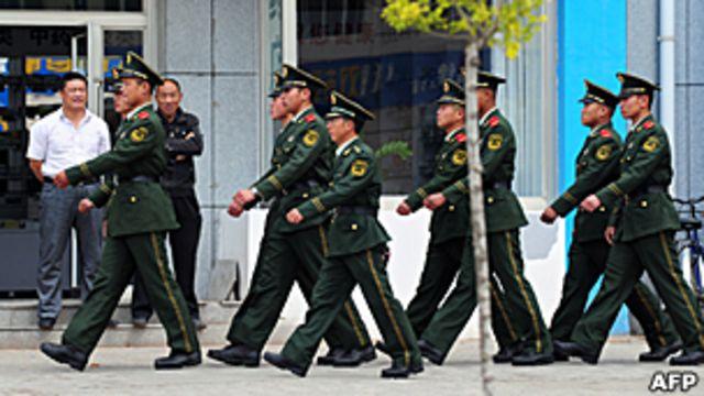 中國武警在內蒙古錫林郭勒盟市面巡邏(30/5/2011)