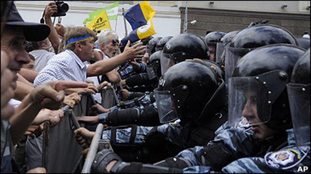 24 серпня міліція намагалась перешкодити просуванню колон опозиції