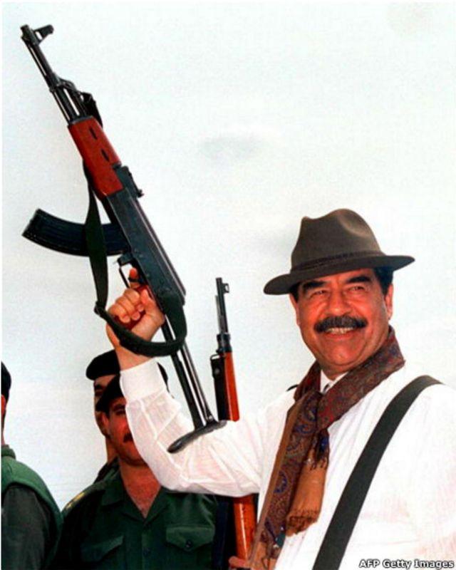 El depuesto presidente iraquí Saddam Hussein con un Kalashnikov.