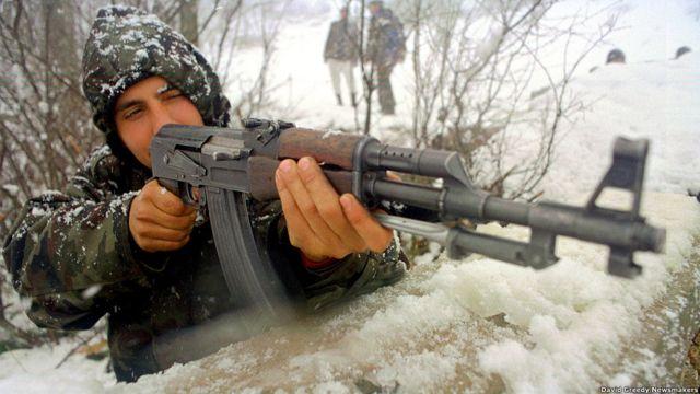Un soldado de etnia albanesa mantiene su posición durante el conflicto de Kosovo.
