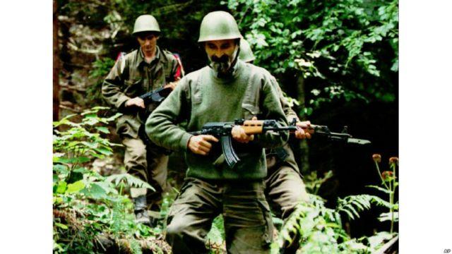 Soldados serbios patrullan con rifles de asalto AK-47.
