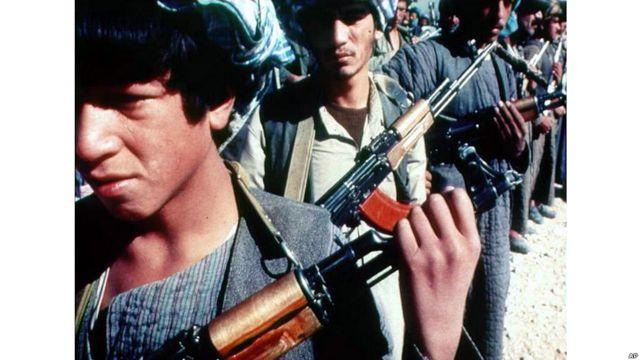 Niño soldado con AK-47.