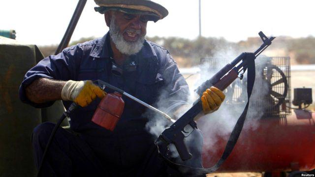 Hombre limpia AK-47