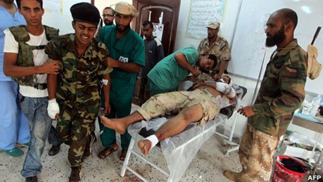 利比亞全國過渡委員會受傷戰士在蘇爾特城東側一處帳篷醫院內接受治療(1/10/2011)