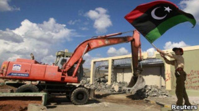 Сторонники Каддафи сносят резиденцию Каддафи