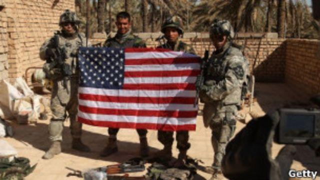 soldados se toman una foto con bandera de EEUU