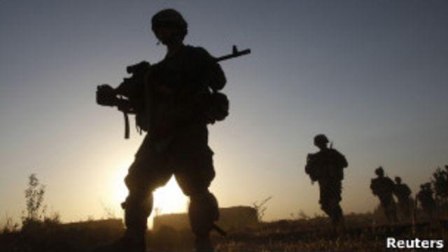 silueta de soldados