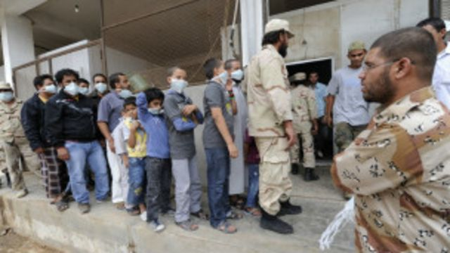 Des libyens attendant de voir la dépouille du colonel Kadhafi deux jours après sa mort.