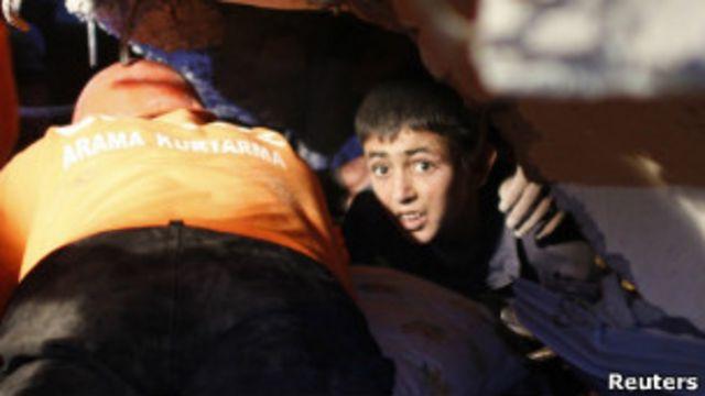 一名土耳其地震倖存者等待獲救