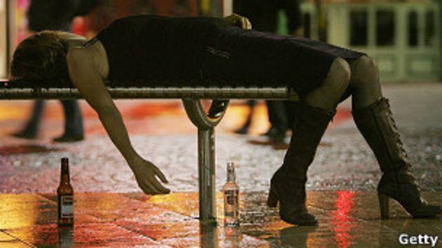 Chica borracha en banco