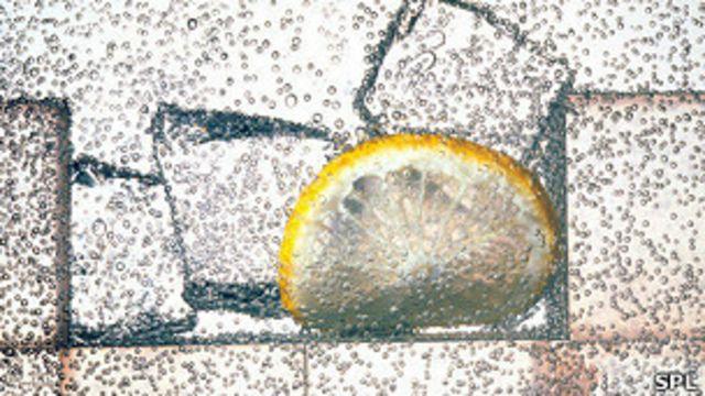 Agua con burbujas, hielo y limón
