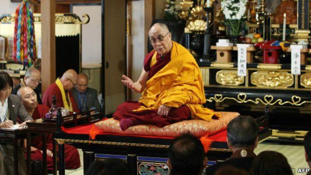 Dalai Lama dalam kunjungan ke Ishinomaki, Jepang, 5 November 2011.