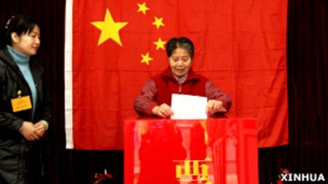 北京某地方人大選舉投票站內一位女士在投票(新華社圖片8/11/2011)