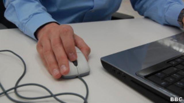 Una mano sobre un ratón