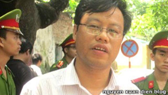 Blogger Nguyễn Xuân Diện có phong cách tường thuật ngay từ nơi xảy ra sự việc.