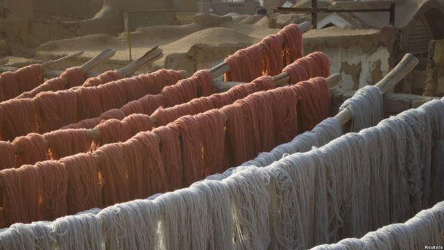 پشم های رنگ شده روی پشت بام قرار می گیرد تا خشک شود.