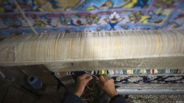 فرش ایرانی معمولا در سه سایز اصلی عرضه می شود. بافت یک فرش دوازده متری با کمک دو فرشباف به طور متوسط شش ماه زمان می برد.