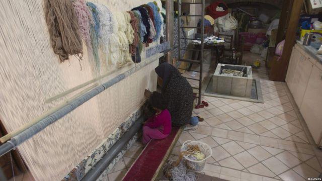 فرش بافی در ایران حدود دو هزار سال قدمت دارد.