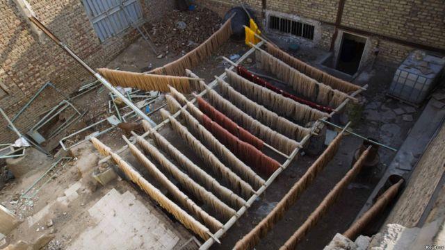با وجود آنکه فرش ایرانی توسط آمریکا تحریم شده است، اما ایران می گوید بخشی از فرش های تولیدی ایران از طریق کشورهای دیگر به آمریکا فرستاده می شود.