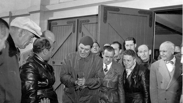 Perón en la Residencia de Olivos observa la moto Puma fabricada en el país.