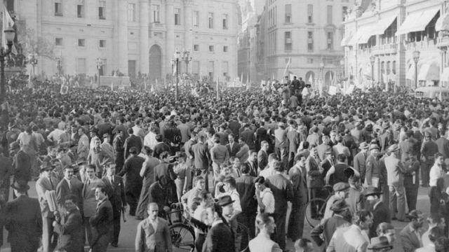 17 de Octubre de 1945, el pueblo concentra en la Plaza de Mayo exigiendo la liberación del Coronel Perón.