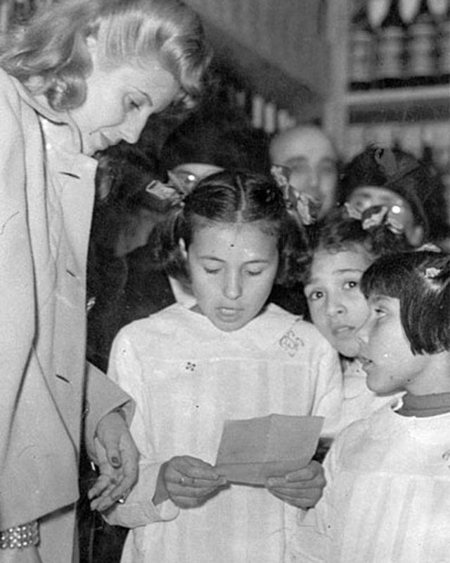 Evita visita una escuela pública, 1947.