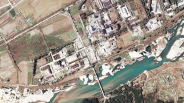 朝鮮寧邊核反應堆(資料衛星圖片,07/11/2004)