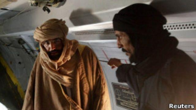 صورة لسيف الإسلام داخل الطائرة