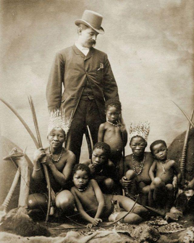Guillermo Antonio Farini posa con pigmeos
