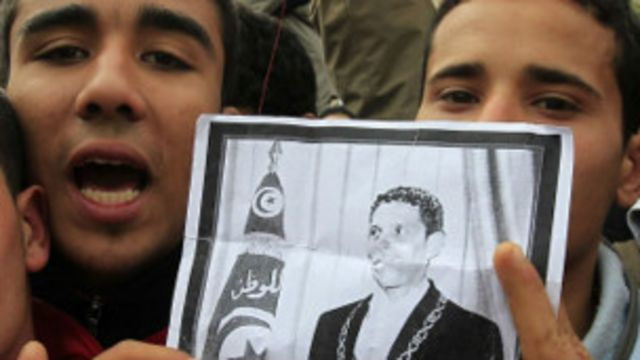Manifestantes exibem cartaz com imagem de Mohamed Bouazizi (Reuters)