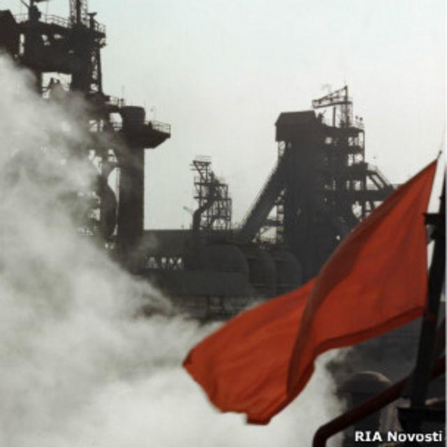 Красный флаг на фоне доменных печей Днепропетровского металлургического комбината, 1930-е годы