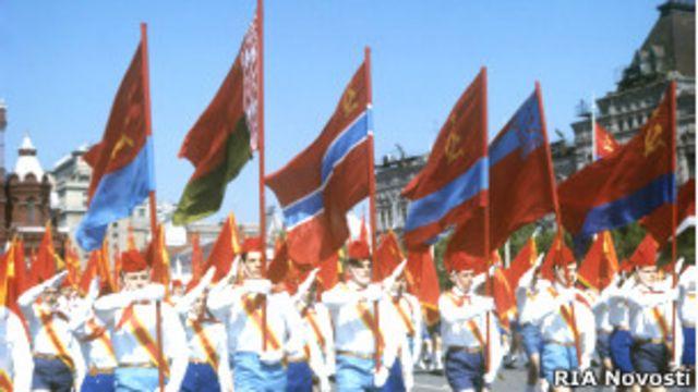 Советские пионеры несут флаги советских республик по Красной площади