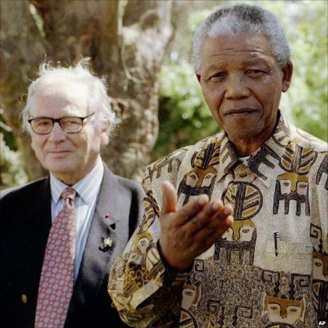 Mandela arabaza abanyamakuru icyobatekereza ku ishati yambaye.
