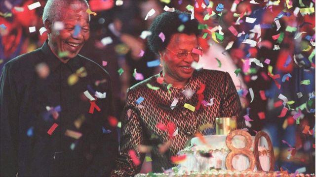 Mandela ari kumwe n'umugore we mushya.