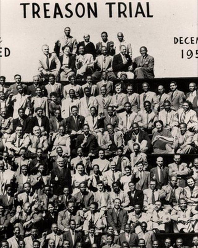 Mandela ari kumwa n'abandi baregwa muri 1956