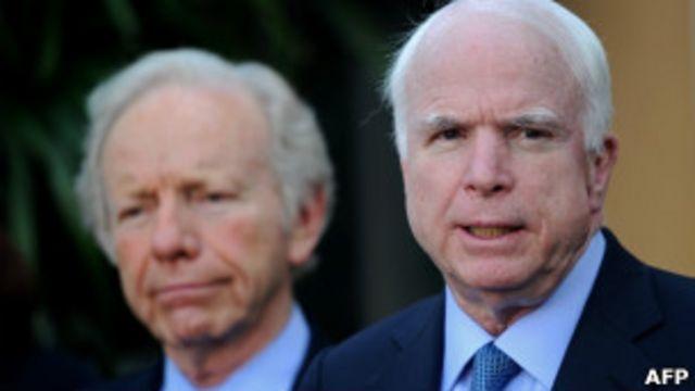 Hai ông John McCain (bên phải) và Joe Lieberman trong cuộc họp báo ở Bangkok