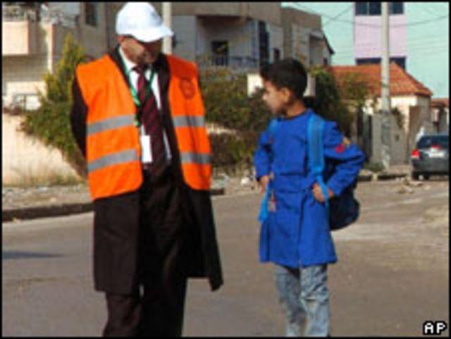 আরব লীগের একজন পর্যবেক্ষক সিরিয়ার এক ছাত্রের সাথে কথা বলছেন
