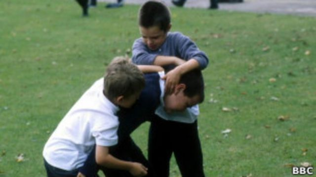драка на школьном дворе
