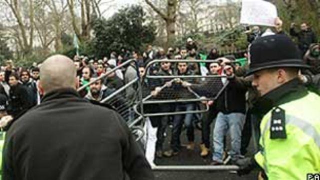 Protesto em frente à embaixada da Síria em Londres (Foto: PA)