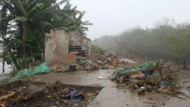 Nhà của gia đình ông Vươn bị chính quyền đập phá.