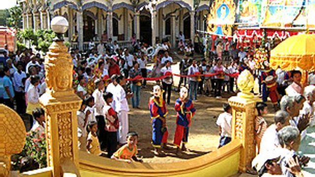 Sinh hoạt của người Khmer trong một ngôi chùa ở miền Nam Việt Nam