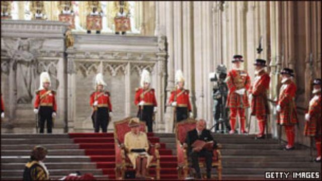 ملکه بریتانیا، جز چند مورد استثنایی، نقش مستقیمی در حفظ تشریفات درباری و اعطای لقب ها و نشان های اشرافی ندارد